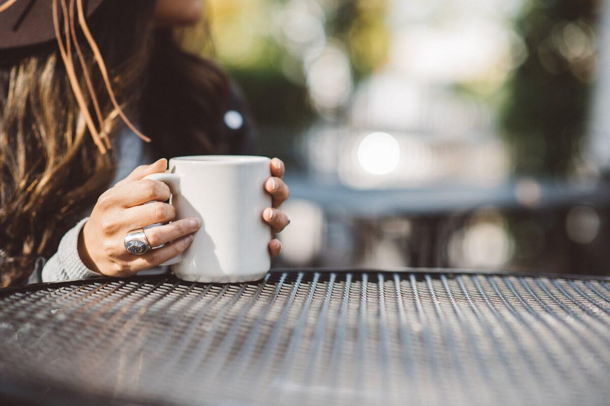 Káva v záhrade proti komárom a mravcom